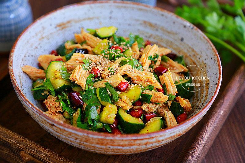 天热多吃凉菜,黄瓜、腐竹、花生一起拌,清爽开胃,又是下酒好菜