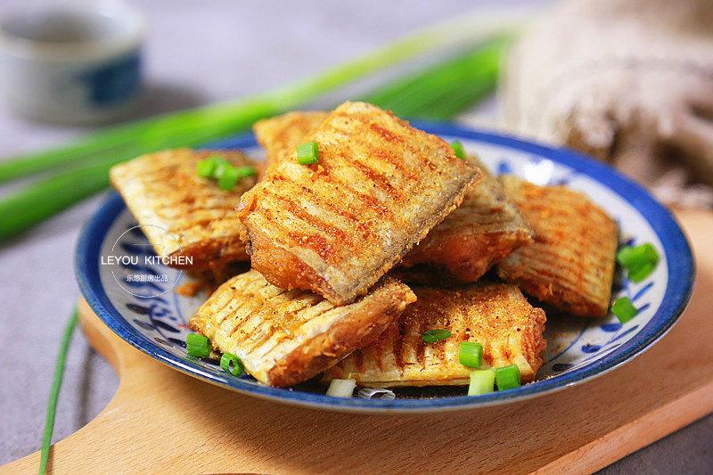 煎带鱼的一些小妙招,做着更简单,外酥里嫩,香味可以飘到隔壁