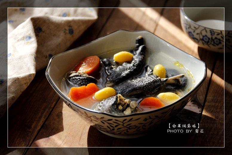 白果炖乌鸡:天气越来越冷了,来一碗热乎乎的养生滋补汤吧