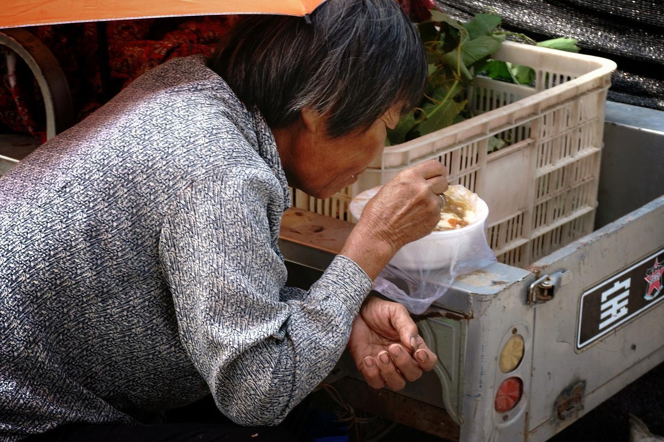 农村大集上65岁老人为省2元钱,午饭吃馒头就大蒜,让人心酸