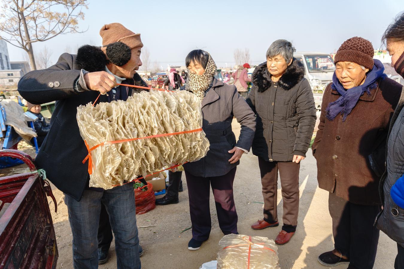 农村大集上这贴地气的美食,七块钱一斤,天越冷买的人越多