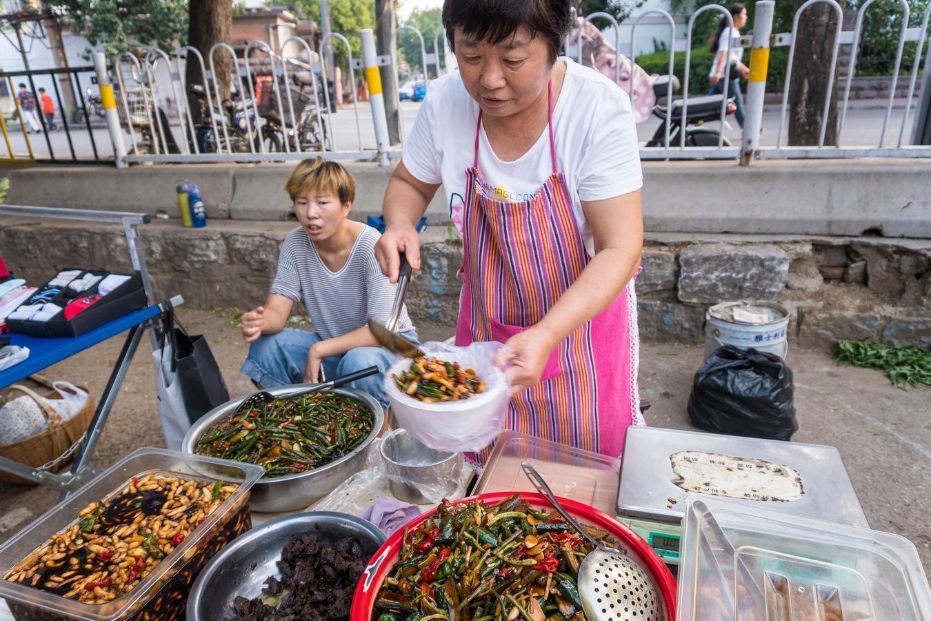 农村老人用这方法做酱黄瓜,9元一斤城里人抢着买:比吃肉香