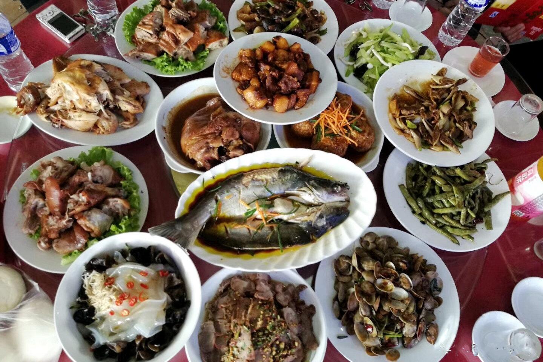回老家村里小饭店聚餐,14道菜380元,乡下厨师水平让人惊讶