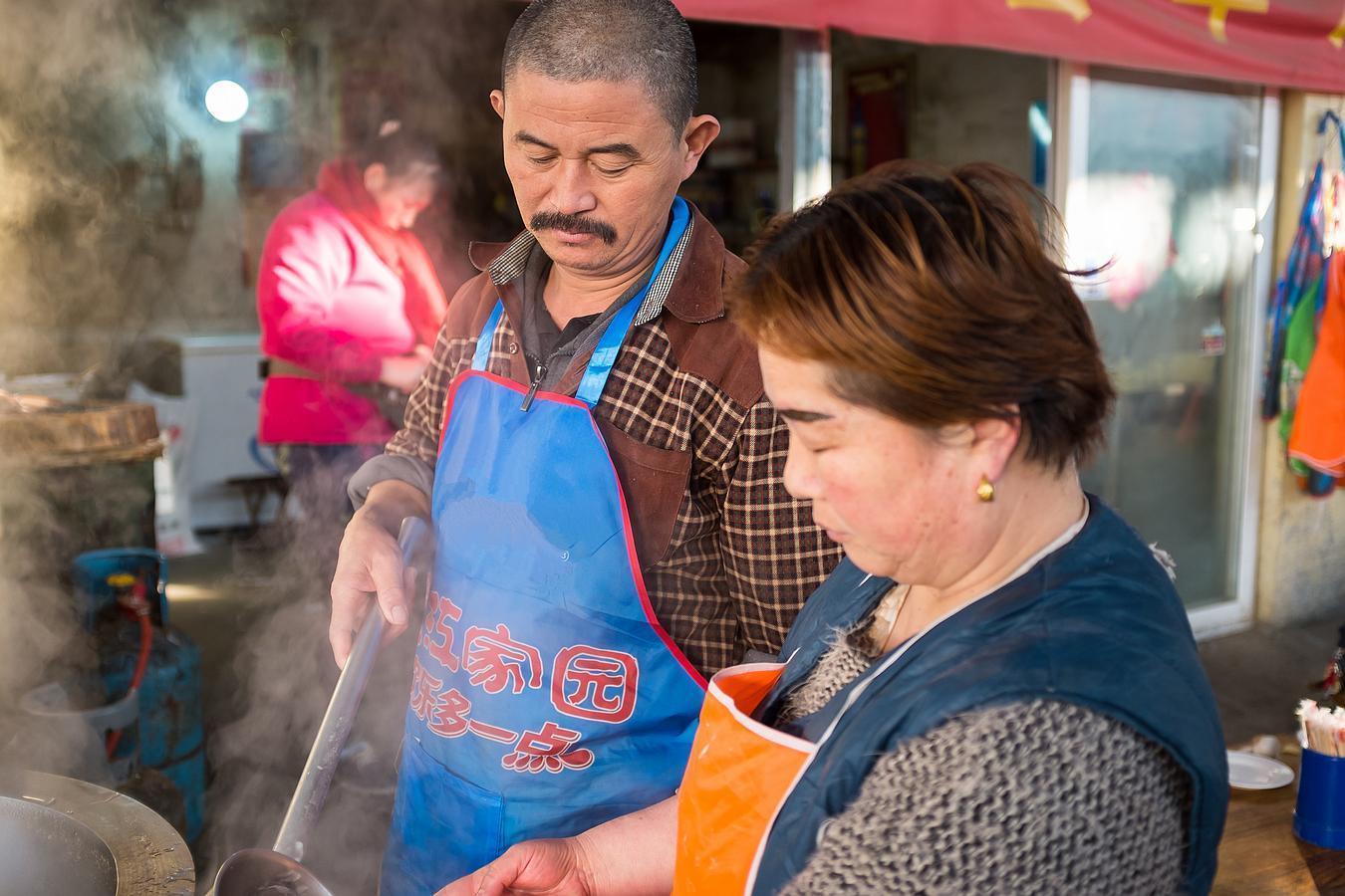 夫妻俩大集上卖单县羊肉汤 10块钱一大碗半天入账500元