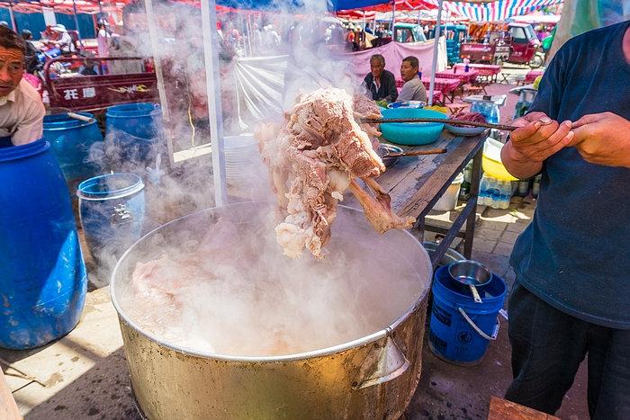 夫妻俩大集上卖羊肉汤,20元一碗,老乡们每天吃掉8只羊