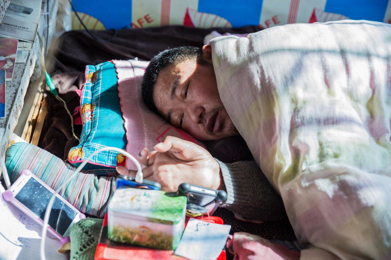 山东农村47岁男子受伤瘫痪 用1根小拇指敲出脱贫致富路
