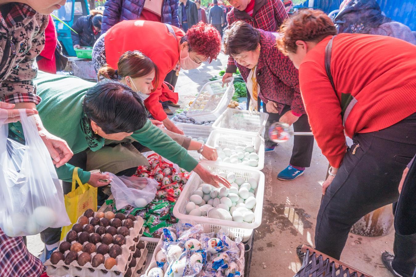 早市上农村大姐用铁锅煮咸鸭蛋 一元一个城里人排队抢着买
