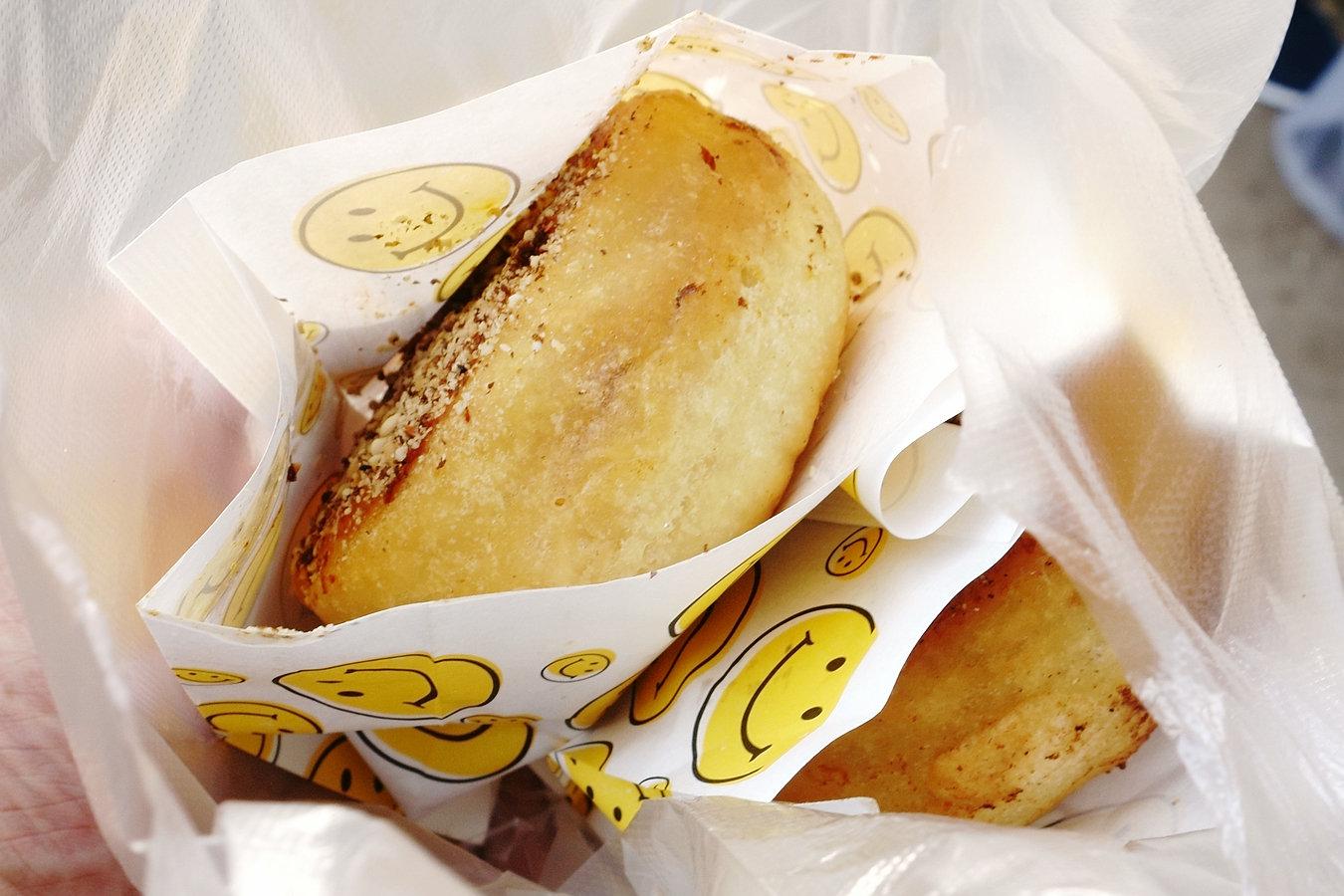 早市上这名字叫肉蛋堡的小吃引围观,两块五一个,想吃先交钱后排队