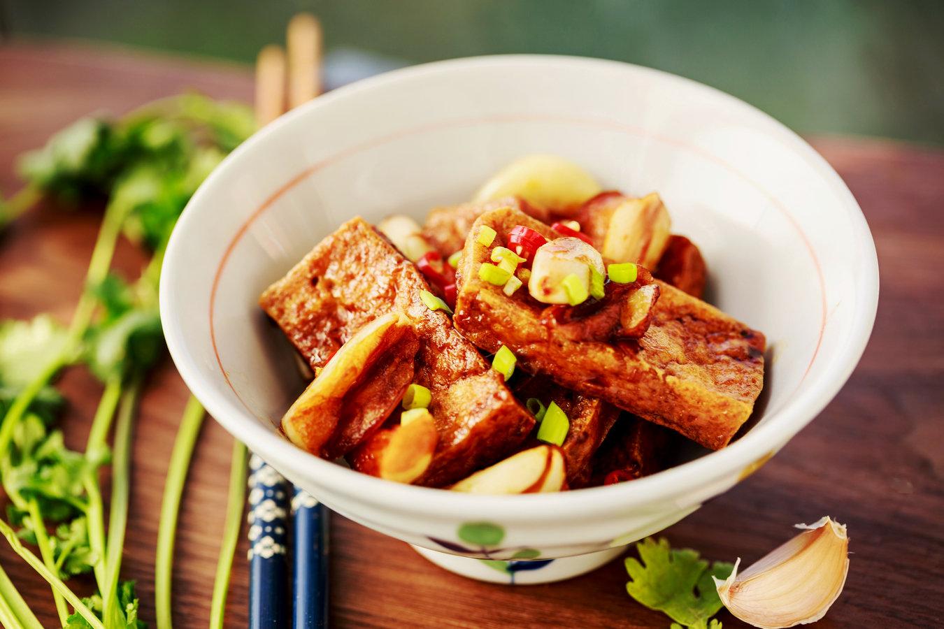 炖豆腐吃腻了,换种吃法,加它一起烧上桌就抢光