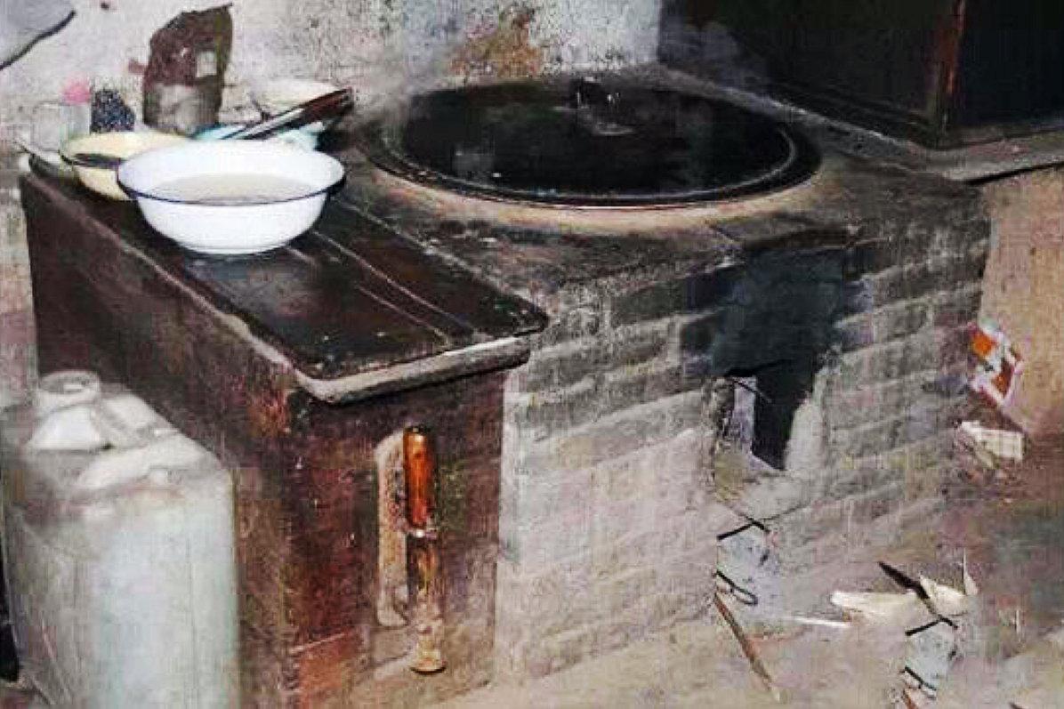 真正的农村厨房,连炕锅台带风箱,老厨具你认识吗