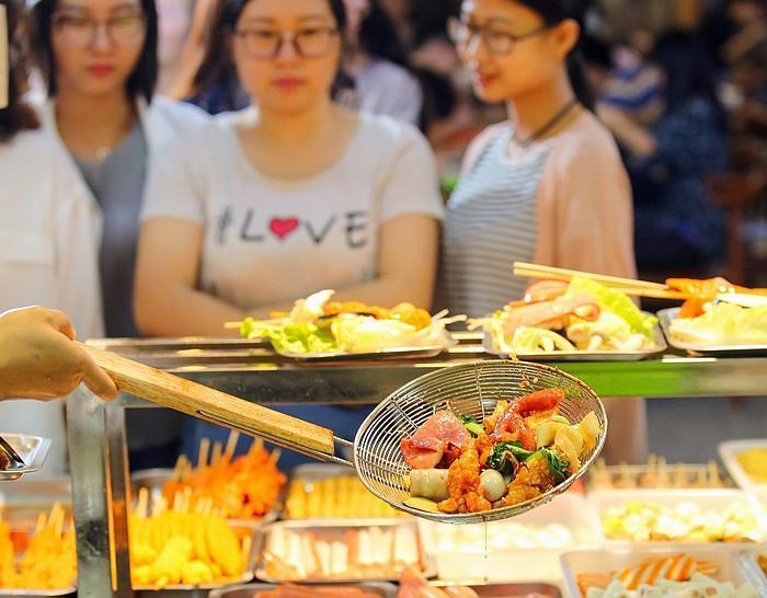 """谁说大锅菜不好吃?高校大厨发明""""水果菜"""",网友:第九大菜系"""
