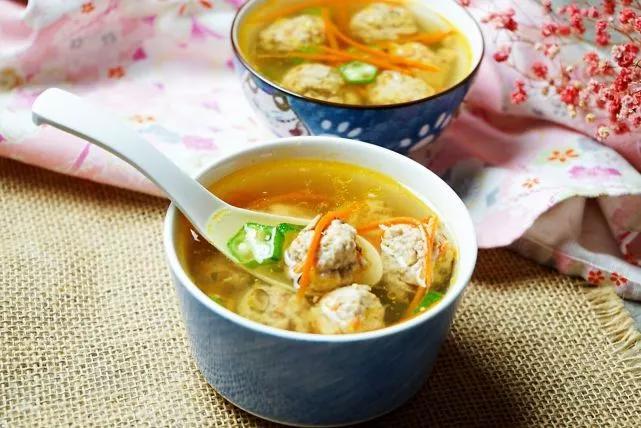 丸子汤去油腻、保营养,一红一绿两菜这样搭,滋养脾胃真灵光