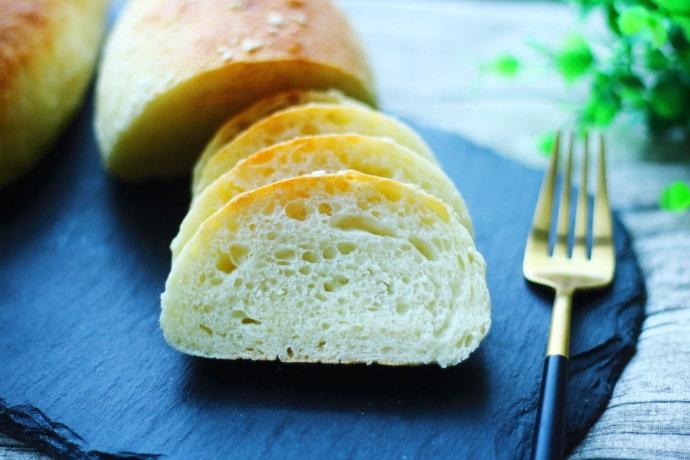 做这款面包,不需要揉面,无糖少油,皮酥内软,当早餐营养味道好!