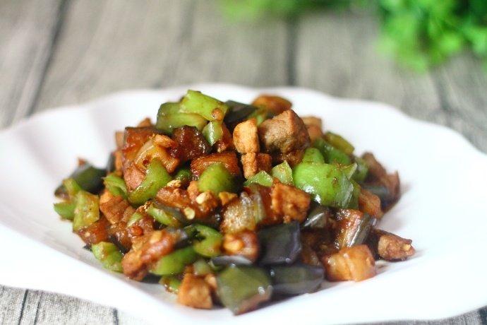 吃惯了素炒茄子,这次加它一起炒,全家老少都爱,米饭都多吃两碗