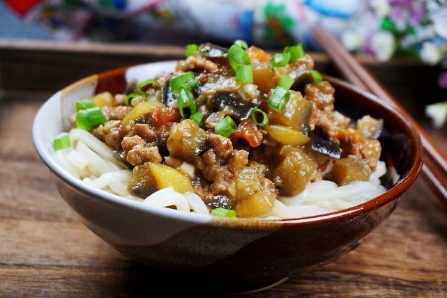 夏季做卤面,北方人最拿手,这碗卤上桌,味道绝了,肚子撑了,但值了