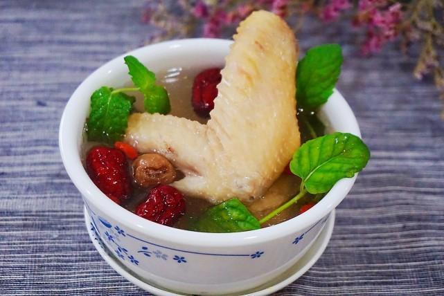 夏季煲汤如何清爽不油腻?窍门就是放入它,凉丝丝还提神,真好喝