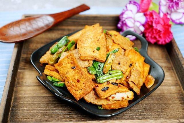 被人忽略的豆腐好做法,一煎一焖一勺酱,一双筷子吃不厌