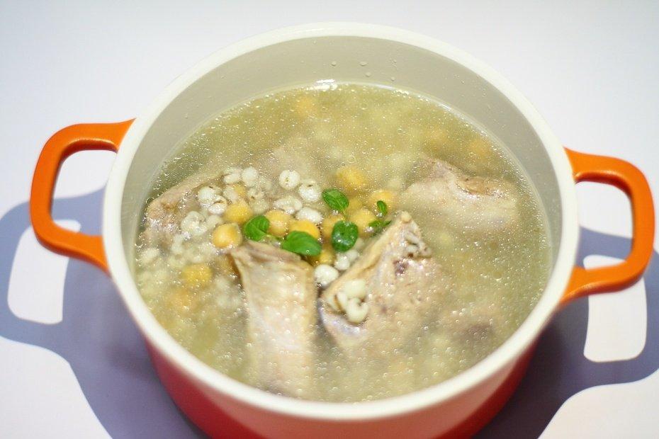 清淡无油腻的薏米鹰嘴豆排骨汤,寒冷的冬季宜多喝