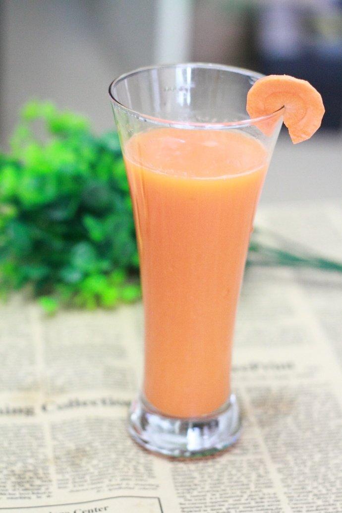 炎热的夏日来一杯冰凉清爽、排毒润肠的蔬果汁