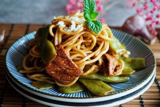这道一锅焖,既是主食又是菜,撒上蒜末更香,北京人夏天就爱吃它