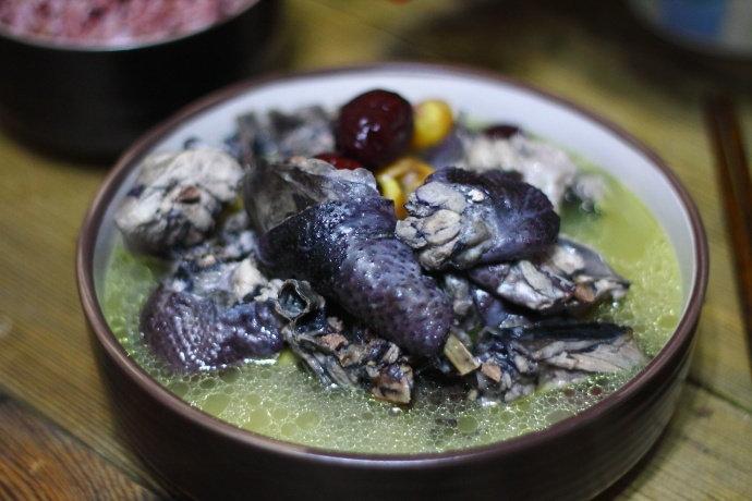 秋冬进补时,给家人来一碗乌鸡板栗汤,清淡甘甜,回味…