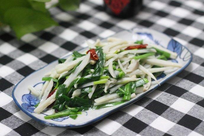 韭菜炒莲藕,一块钱一大盘,在饭店卖二十多块一盘