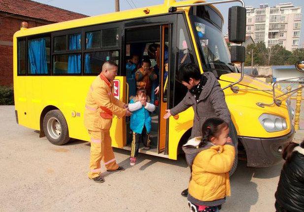 17座车超载42名儿童 幼儿园校车安全培训做了吗