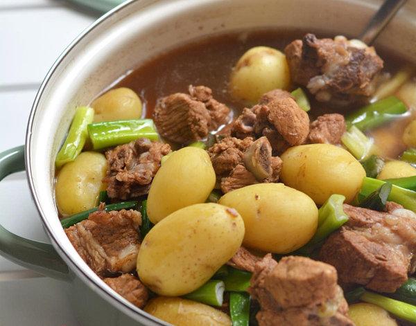 儿童营养午餐食谱推荐:小土豆炖排骨的做法 省事又好吃的简单家常菜的做法