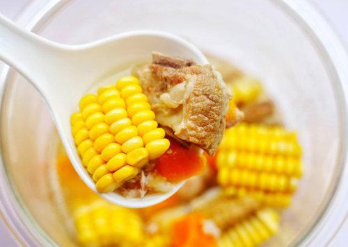 夏天宝宝吃什么好 营养又补钙的香甜玉米排骨汤 一个电饭煲就搞定