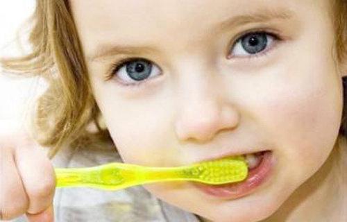 宝宝多大可以刷牙?如何教宝宝刷牙?宝宝什么时候用牙膏刷牙?