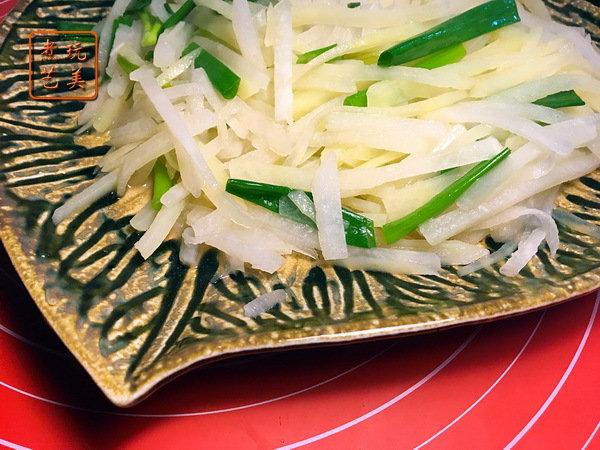 像炒土豆丝一样,来炒白地瓜与土豆丝,熟悉的味道中,别有一番风味