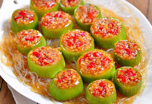 诱人美味与鲜香开胃 夏季儿童营养食谱推荐:蒜茸粉丝蒸丝瓜的做法