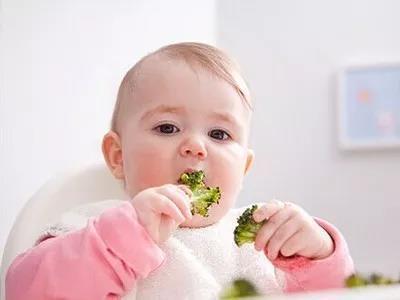 辅食吃得对,宝宝1岁就能自己吃饭,妈妈再也不用辛苦追着喂了!