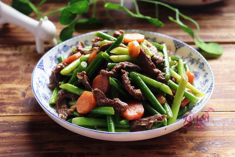 牛肉丝炒蒜苔:一道很家常的美味炒菜