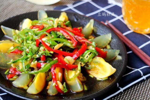 青椒生吃,不用闻油烟,与皮蛋一起拌,爽口开胃