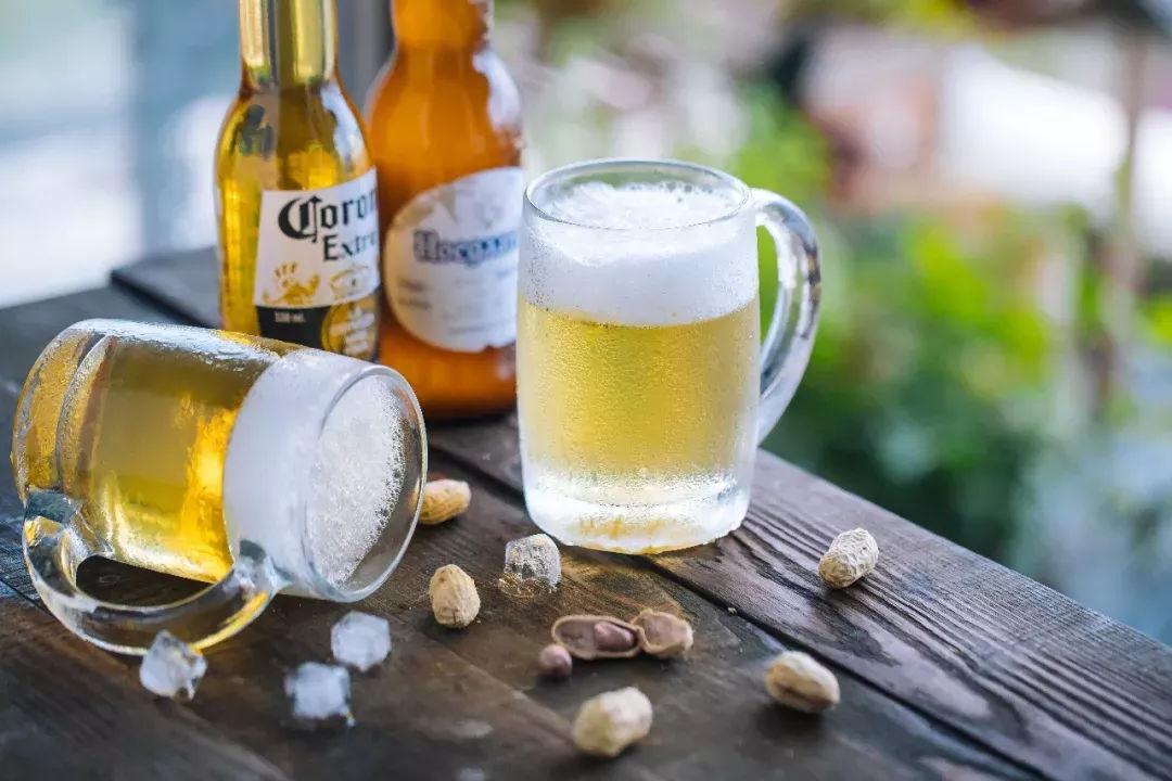 你猜哪一杯是真的哪一杯假的?实话说,这两杯都是假的!超逼真啤酒果冻