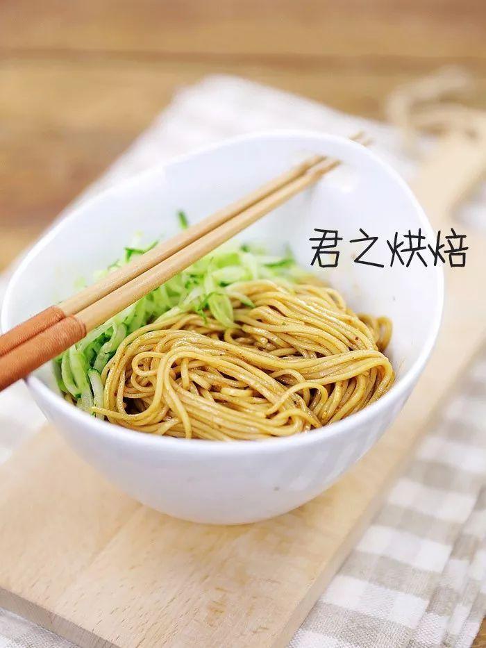 用一碗超有食欲的凉面,拯救你的夏日胃口。