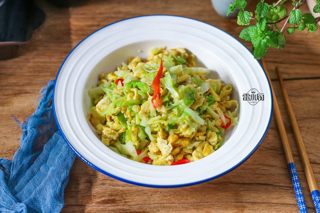圆白菜炒鸡蛋:低卡又饱腹,减肥吃它准没错!