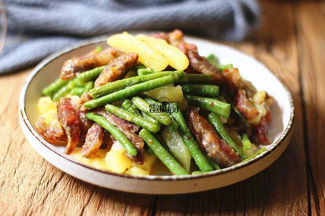豆角可别再炒肉了,加它一起炒,端上桌吃个精光,家人说太好吃