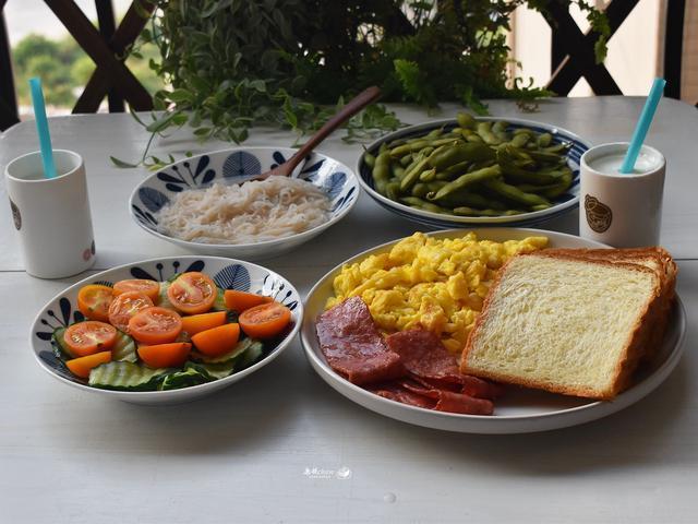 68元做了两顿,早餐有5样,午餐有4菜1汤,还是在家吃丰盛又实惠