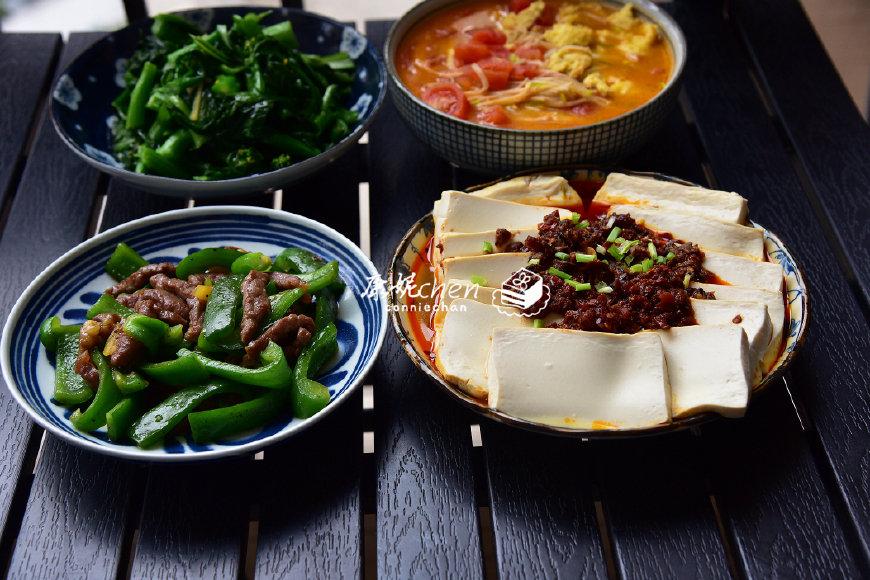 一家三口的晚餐,3菜1汤,都是家常菜,女儿说吃妈妈做的菜很幸福