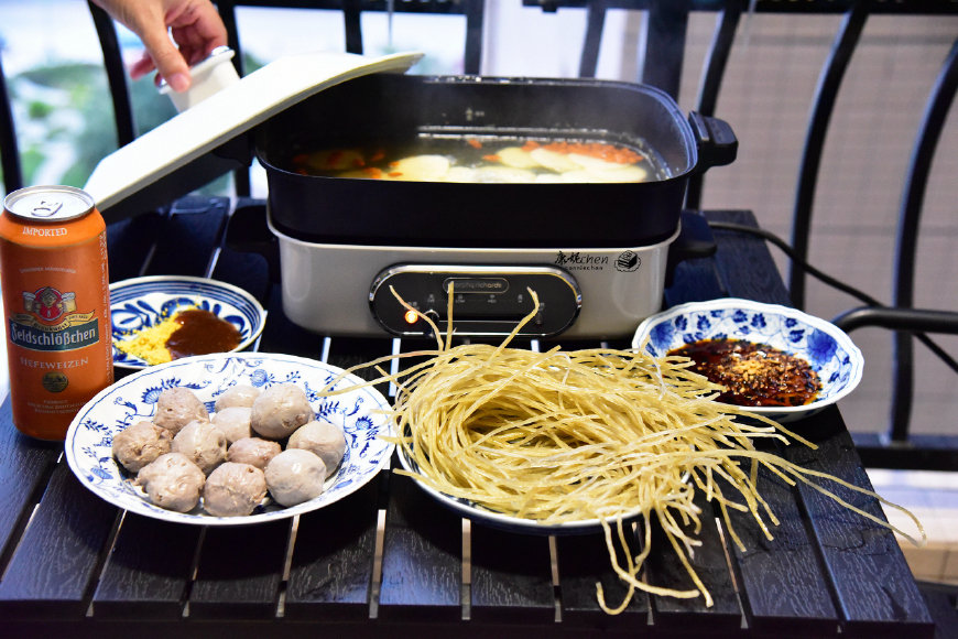 两个人这样吃简单省事,不用炒菜,连煮饭都省了,老公吃得很满足