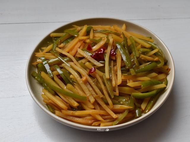 夏天吃不下饭,炒了这道菜,又香又辣吃着痛快,家人嫌米饭煮少了