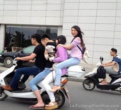 别笑了,坐摩托车后备箱是认真的吗?