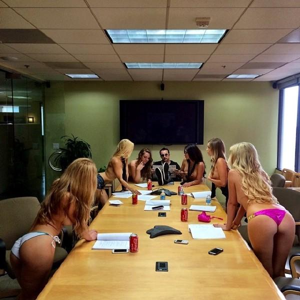 我的人生目标就是做一个这样的老板!全招美女不穿衣服上班!