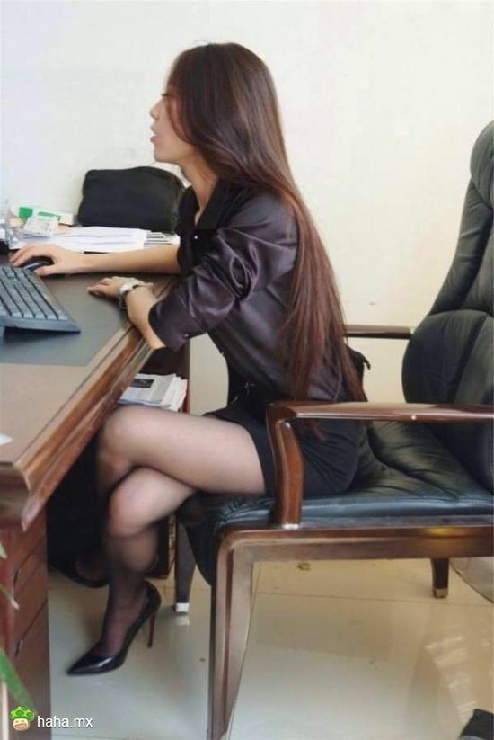 新聘请的女秘书在工作