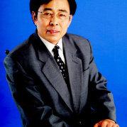 刘坤,笔名海岸,武汉理工大学毕业,书法教育家。自幼从其父习字,擅行草,研欧楷。爱好诗词,精通格律。著有诗集《刘坤诗词集》和《更深的蓝》。