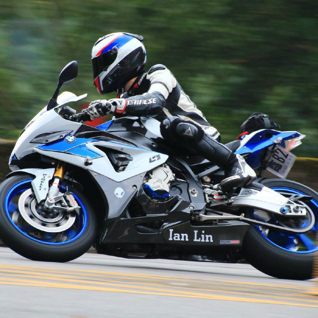 台湾重机发烧友,拥有12年的大排量摩托车骑乘、销售、维修资历,台湾连续10年个人车辆销售第一名,曾参与台湾电视节目及报纸媒体的访问及讲评。