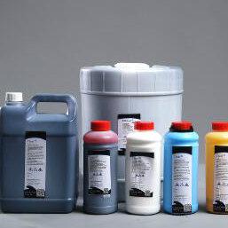 本公司主要生产喷码机耗材。主要包括油墨,溶剂,清洗剂等产品。 我公司供应的油墨主要用于大字符喷码机和小字符喷码机,同时经销高解析油墨。其中大字符喷码机油墨有黑墨和白墨等品种(包括水基和酮基墨水)。小字符喷码机油墨有黑墨、白墨、抗迁移黑墨、红墨、蓝墨、黄墨、隐形墨水等品种。经销高解析快干墨、油性墨。