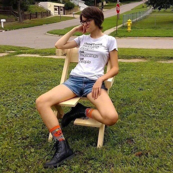 """外国一位父亲,为她""""坐没坐相""""的女儿打造了椅子"""